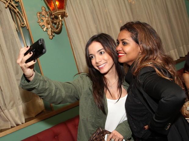Anitta e Gaby Amarantos em restaurante na Zona Oeste do Rio (Foto: Anderson Borde/ Ag. News)