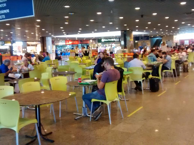Muitos passageiros evitam comer nas lanchonetes e restaurantes do Aeroporto de Fortaleza. Os preços não são nada convidativos (Foto: Gioras Xerez/G1 Ceará)
