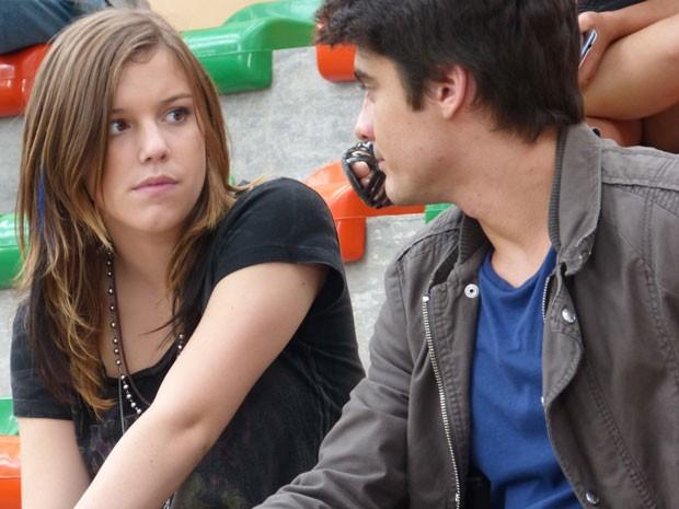 Lia fica bolada e não conta pra Vitor que Sal também deu em cima dela (Foto: Malhação / Tv Globo)