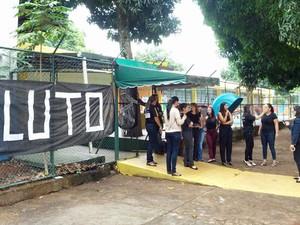 Escola na Asa Sul espalha cartazes de 'luto' (Foto: Diogo André/TV Globo)
