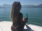 Adélia posa de fio-dental durante passeio em barco