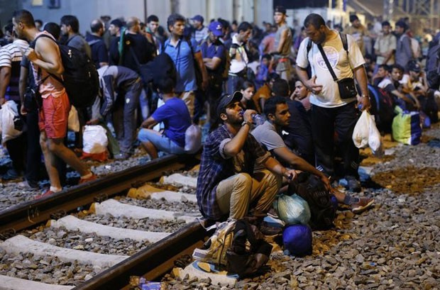 Imigrantes aguardam em estação de trem em Tovarnik, na Croácia (Foto: Antonio Bronic/Reuters)