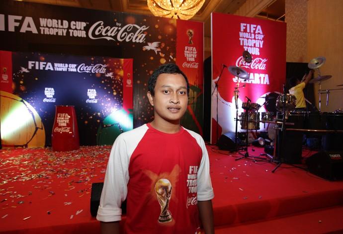 tour da taça Muslim Habibi, melhor jogador do Campeonato da Indonésia, primeiro a ver a taça (Foto: Pedro Veríssimo)