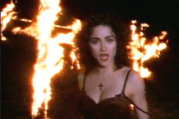 A cantora Madonna no clipe de Like a Prayer (Foto: Reprodução)