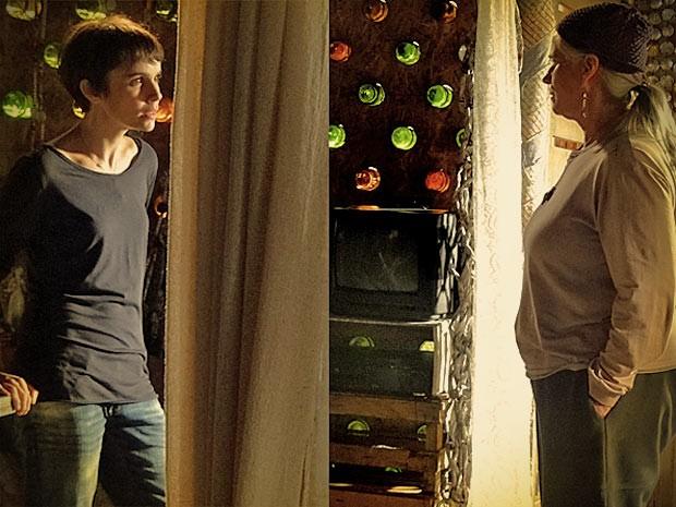 Lucinda insiste em defender Carminha e deixa Nina irritada (Foto: Avenida Brasil/ TV Globo)