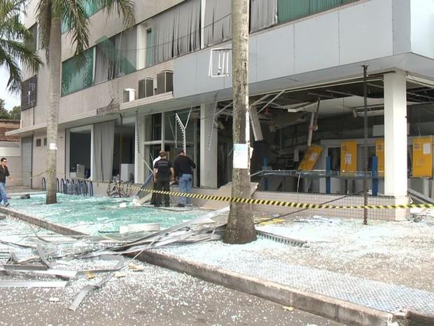 Suspeitos explodem agência do Banco do Brasil, em Jacaraípe (Foto: Reprodução/ TV Gazeta)