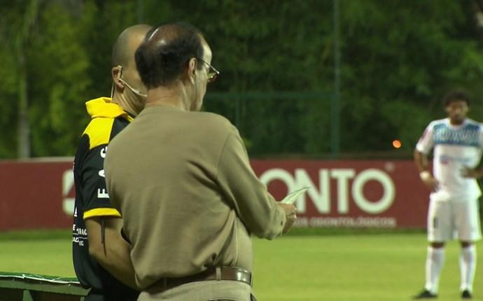 Antônio Lopes dá carteirada para o jogo do Atlético-PR (Foto: Reprodução/RPCTV)