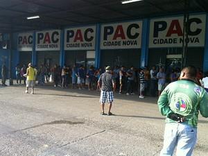 Vítimas foram abordadas em fila de PAC em Manaus (Foto: Adneison Severiano/G1 AM)