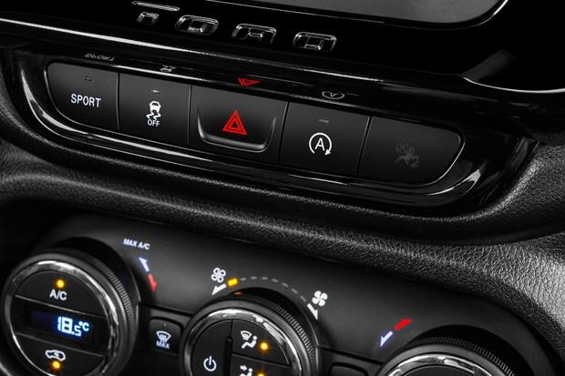 Duas teclas estreiam no painel da Toro 2.4: o botão Sport e o comando do start-stop (Foto: Divulgação)