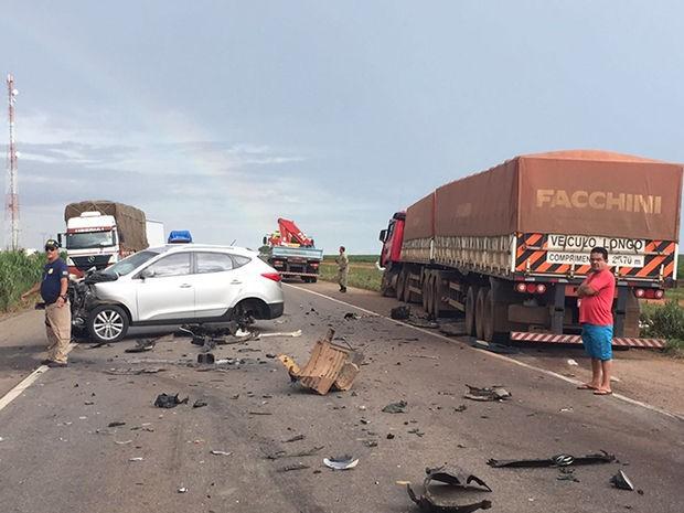 Acidente com três veículos matou três pessoas e deixou duas feridas na BR-364 (Foto: Divulgação/PRF-MT)