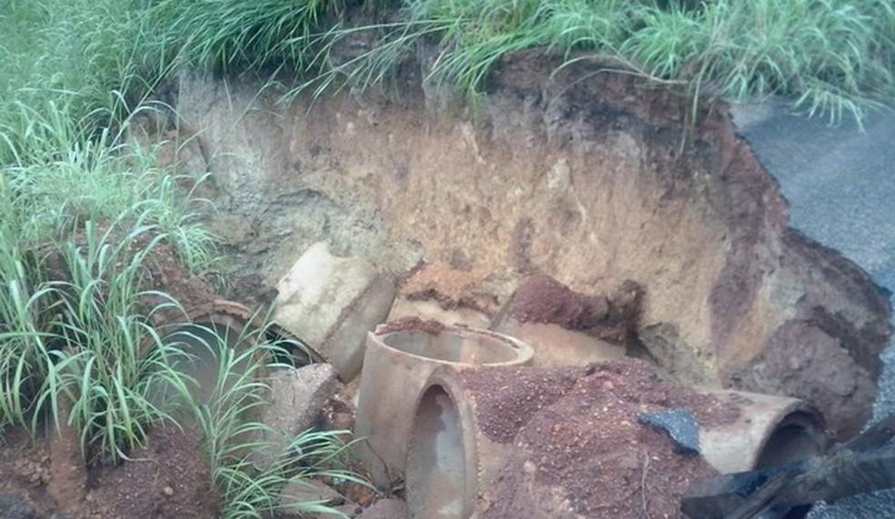 Manilhas foram para no meio do mato após cratera se abrir em rodovia (Foto: Keyliane de Jesus Moreira/Divulgação)