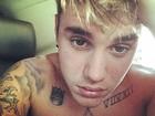 Em 'selfie' sem camisa, Justin Bieber exibe tatuagens