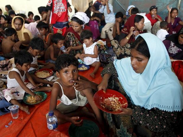 Imigrantes de Bangladesh resgatados de barco na Indonésia comem em abrigo temporário (Foto: REUTERS / Roni Bintang)