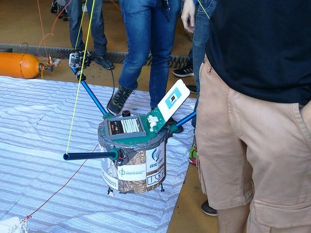 Missão dos estudantes deve ser assegurar que o experimento seja controlado e exposto ao ambiente (Foto: Carol Malandrino/G1)
