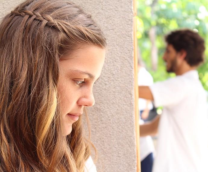 Alina escutas o papo escondida (Foto: Evellyn Pacheco/Gshow)