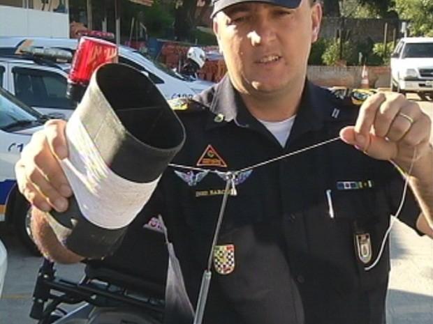 Emanuel Barcaça, guarda municipal de Botucatu, com cerol (Foto: Reprodução/TV Tem)