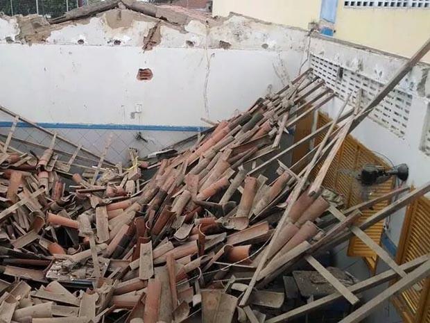 Teto da escola desabou na manhã desta quarta-feira (30) (Foto: Arian Jackson)