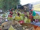 Caminhão carregado com frutas tomba na BR-316, em Maribondo
