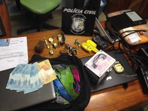 Material roubado apreendido na casa dos suspeitos (Foto: Dyepeson Martins)
