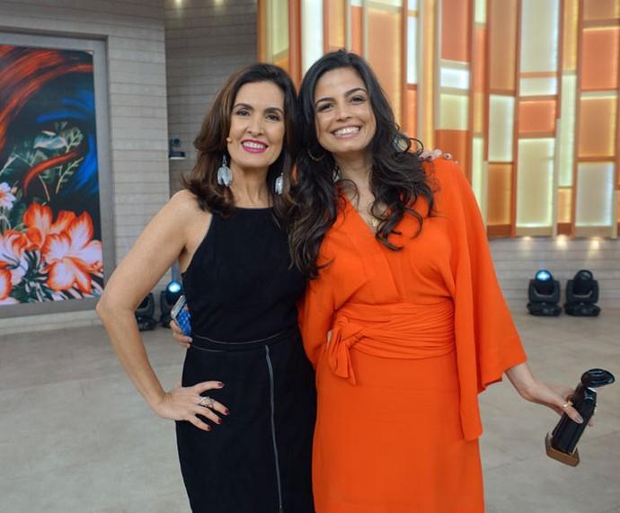Emanuelle Araújo posa com a Fátima nos bastidores  (Foto: Juliana Hippert/Gshow)