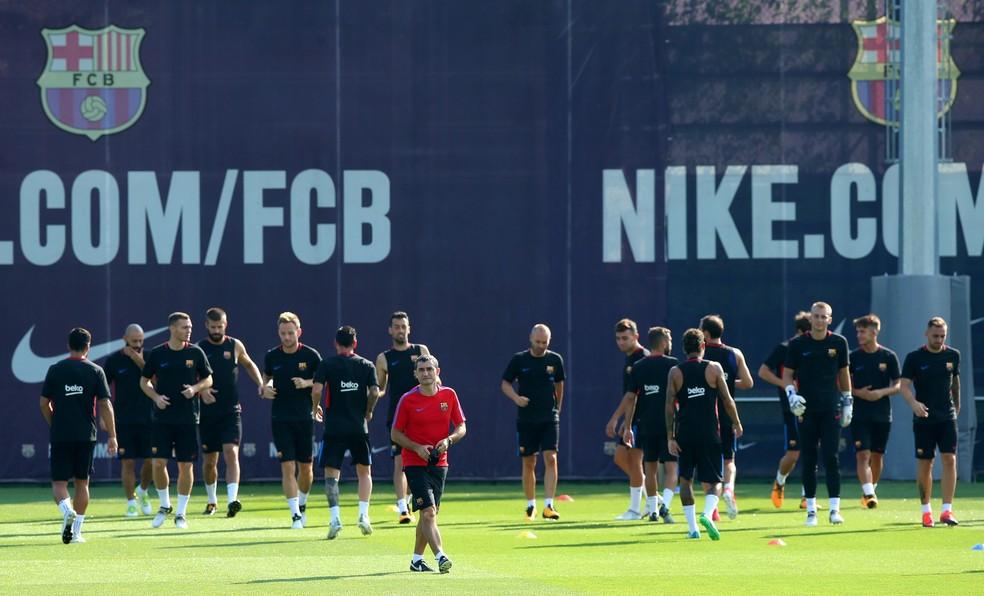 Ernesto Valverde comandou o treino do Barcelona antes de conceder coletiva (Foto: Reuters)