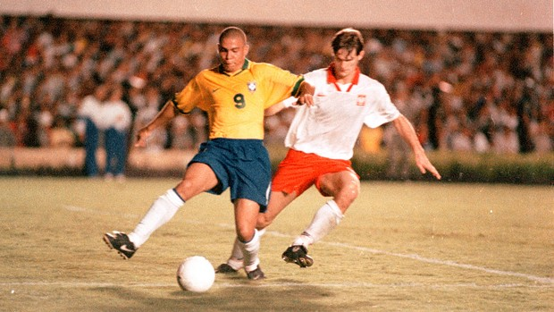 Ronaldo - Brasil x Polônia - 1997 - Goiânia (Foto: Lailson Duarte / O Popular)