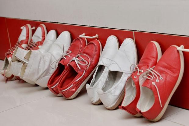 Objetos e utensílios da casa também são vermelhos e brancos (Foto: Manjunath Kiran/AFP)