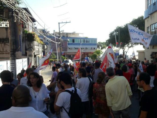 Grupo protesta contra a construção do Edifício La Vue, em Salvador (Foto: Alan Oliveira/G1 Bahia)