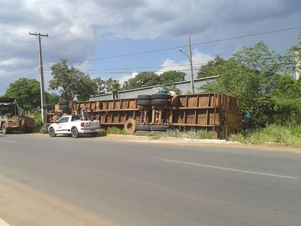 Veículo tombou pela manhã e continuava no local no final da tarde. (Foto: Daniela Barros)