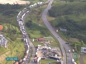 Protesto na BR-381 em trecho próximo a Betim, nesta terça-feira (24) (Foto: Reprodução/TV Globo)