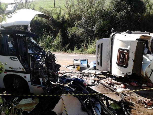 Veículos envolvidos em acidente permanecem na rodovia no Norte do RS (Foto: Fábio Lehmen/RBS TV)