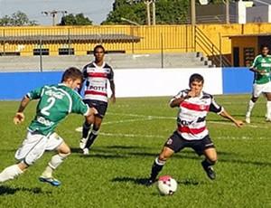 Renatinho, esquerda, teve atuação apagada pelo Santa Cruz (Foto: Róbson Boamorte/Asseoria Cuiabá Esporte Clube)