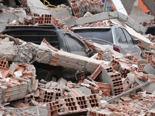 Carros ficaram cobertos por escombros do desabamento em São Mateus (Foto: Wesley Rodrigo/Futura Press/Estadão Conteúdo)