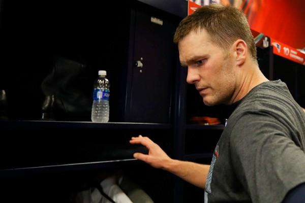 Tom Brady ao perceber que sua camisa desapareceu (Foto: Getty Images)