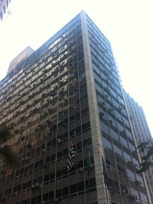 Edifício Barão de Serro Azul, o prédio no qual o síndico Severino Lima enviou o comunicado sobre o vidente que disse que um avião irá cair próximo ao local na próxima quarta (26) (Foto: Olivia Florência/ G1)