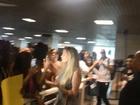 Fernando e Aline são recebidos por fãs em aeroporto de Salvador