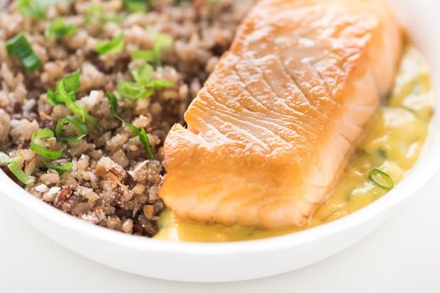 File de salmão chapeado ao molho de moqueca, mix de arroz, cebolinha, farofa de castanha e coco queimado (Foto: Divulgação)