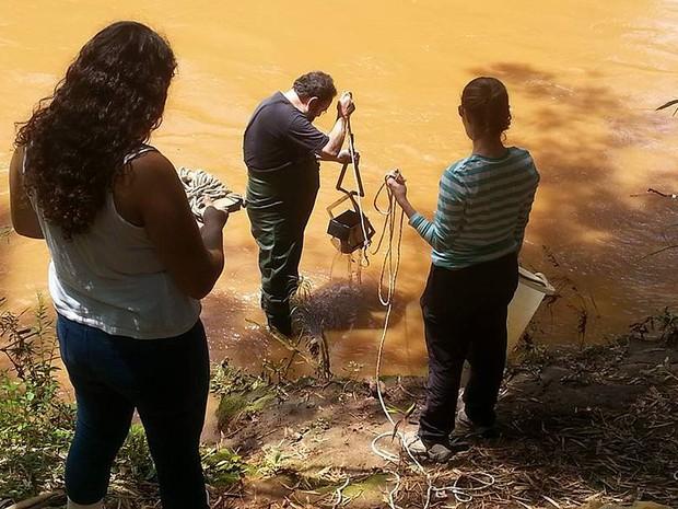 Pesquisadores de Brasília coletam amostras no Rio Doce após rompimento de barragem de Mariana (MG) (Foto: Vivian Santos/Arquivo Pessoal)