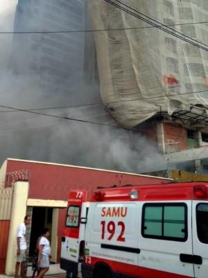 Ambulância transfere senhora de 90 anos por causa da fumaça (Foto: Gisleine Carneiro/TV Verdes Mares)