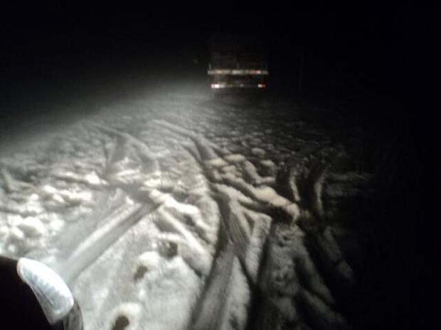 Mesmo após queda de granizo, SC-355 tinha bastante gelo na pista (Foto: Corpo de Bombeiros de Fraiburgo/Divulgação)