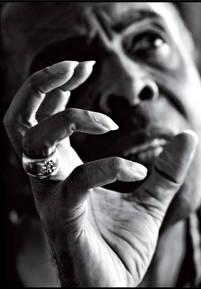 """""""Comecei a fotografar, e o Gil, a falar. Num momento único, ele usou as mãos. O desenho dos dedos, o olhar distante, o rosto fora de foco. A imagem da FORÇA das mãos como forma de expressão é algo definitivo para mim. A foto foi feita para meu livro Algun (Foto: LUIZ GARRIDO. O RIO DE JANEIRO CONTINUA LINDO?, 2008)"""