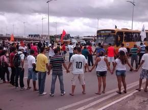 PMs de mãos dadas em protesto na Beira-Mar em São Luís (Foto: Colaboração/Edson Igor)