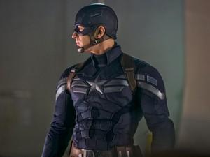 Steve Rogers (Chris Evans) com seu novo uniforme em 'Capitão América 2: Soldado Invernal' (Foto: Divulgação)