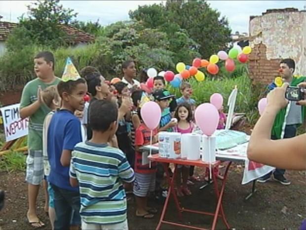 Moradores cantaram parabéns e pediam agilidade na reconstrução da ponte (Foto: Reprodução / TV TEM)