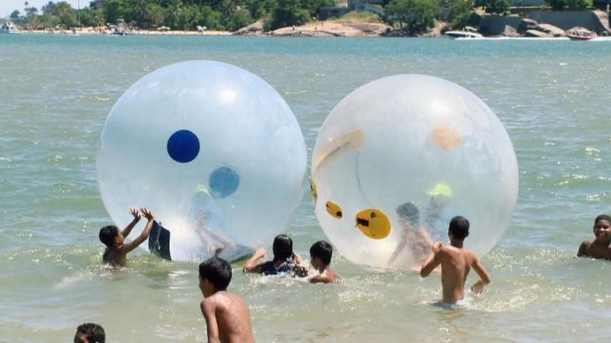 Diversão com bolhas aquáticas na Curva da Jurema (Foto: Divulação/ TV Gazeta ES)