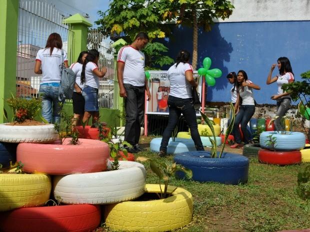 G1 Alunos reciclam lixo e constroem jardim em escola de Cruzeiro do Sul notícias em Acre -> Decoração De Jardim Com Material Reciclavel