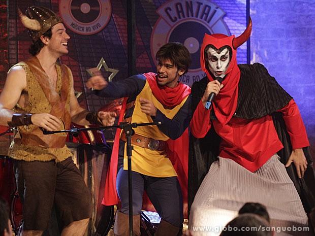 Lucindo pega o microfone e arrasa como vingador (Foto: Sangue Bom / TV Globo)