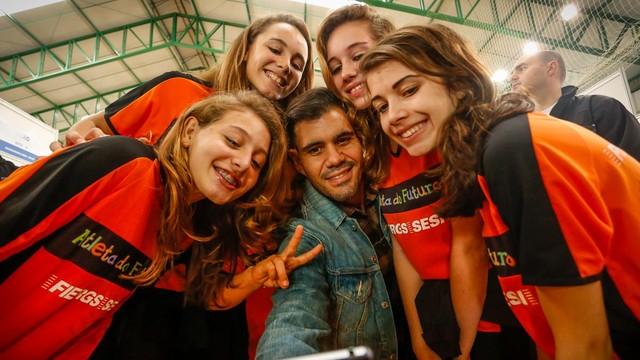 Juliano Cazarré participa do Ação Global em Cachoeirinha (Foto: Emmanuel Denaui/Divulgação)