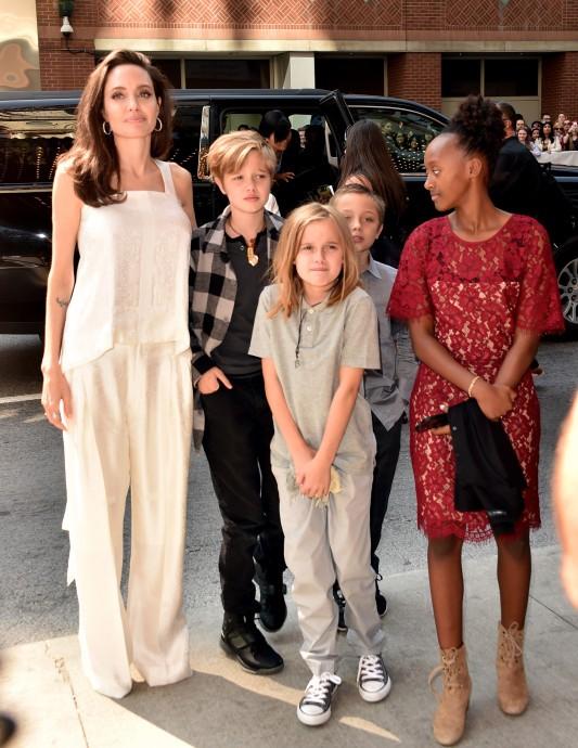 Angelina Jolie rouba os flashes com os filhos no Festival de Cinema de Toronto (Foto: Getty Images)
