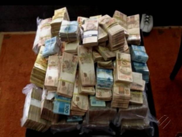 R$ 1,13 milhão foi encontrado em mochilas de casal que viajava de Belém para Parauapebas, no Pará (Foto: Reprodução / TV Liberal)